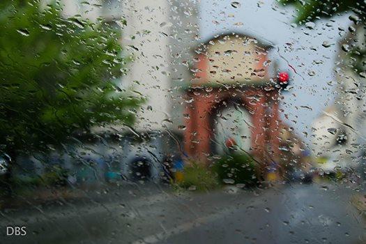 Suggestiva immagine dell'Arco di Trionfo durante una giornata piovosa.