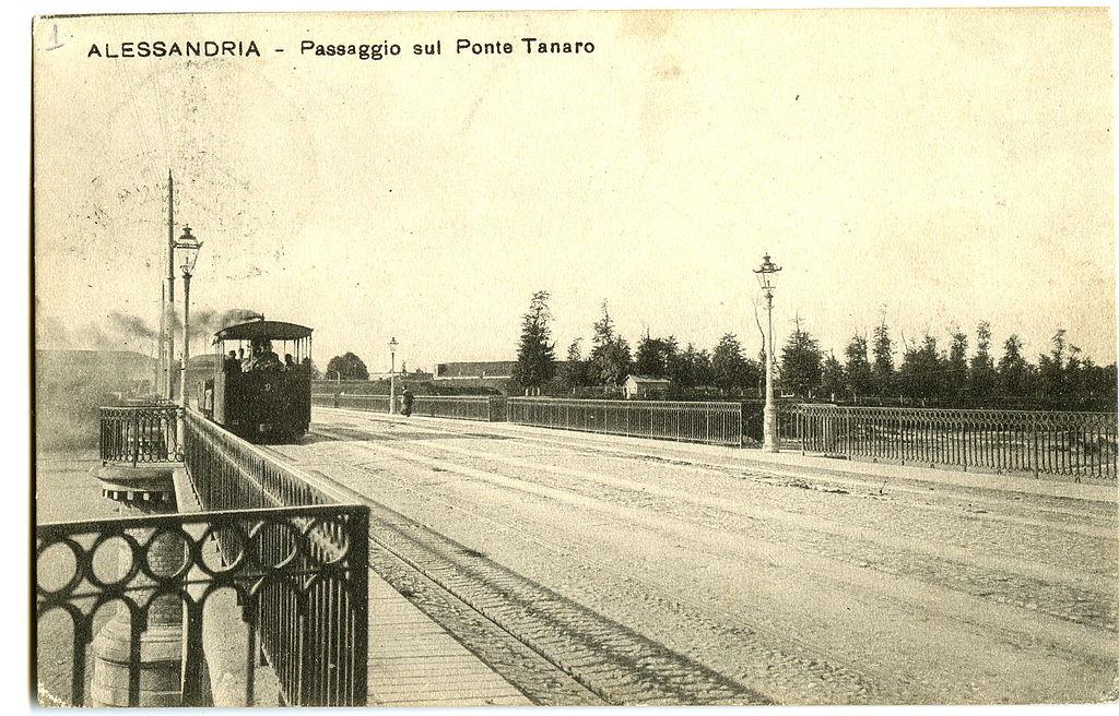 Il tram a vapore di passaggio sul ponte