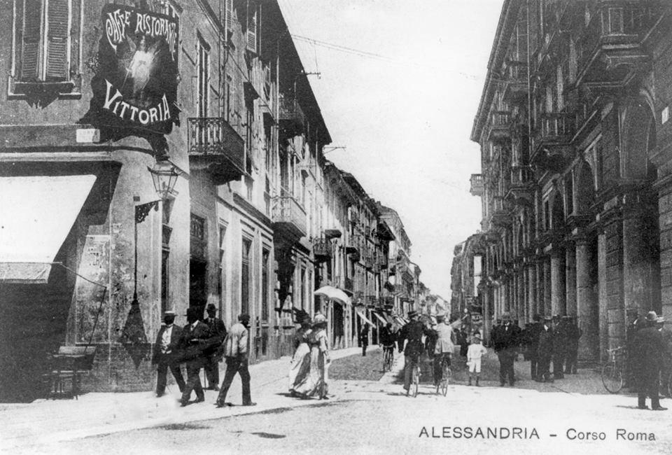 Corso Roma L'angolo dell'antichissimo Caffè Vittoria, chiuso per il negozio Singer poi riaperto. Infine Pizzeria Pam Pam ora Banca Passadore, che come tanti Istituti bancari hanno distrutto i luoghi storici della socializzazione.