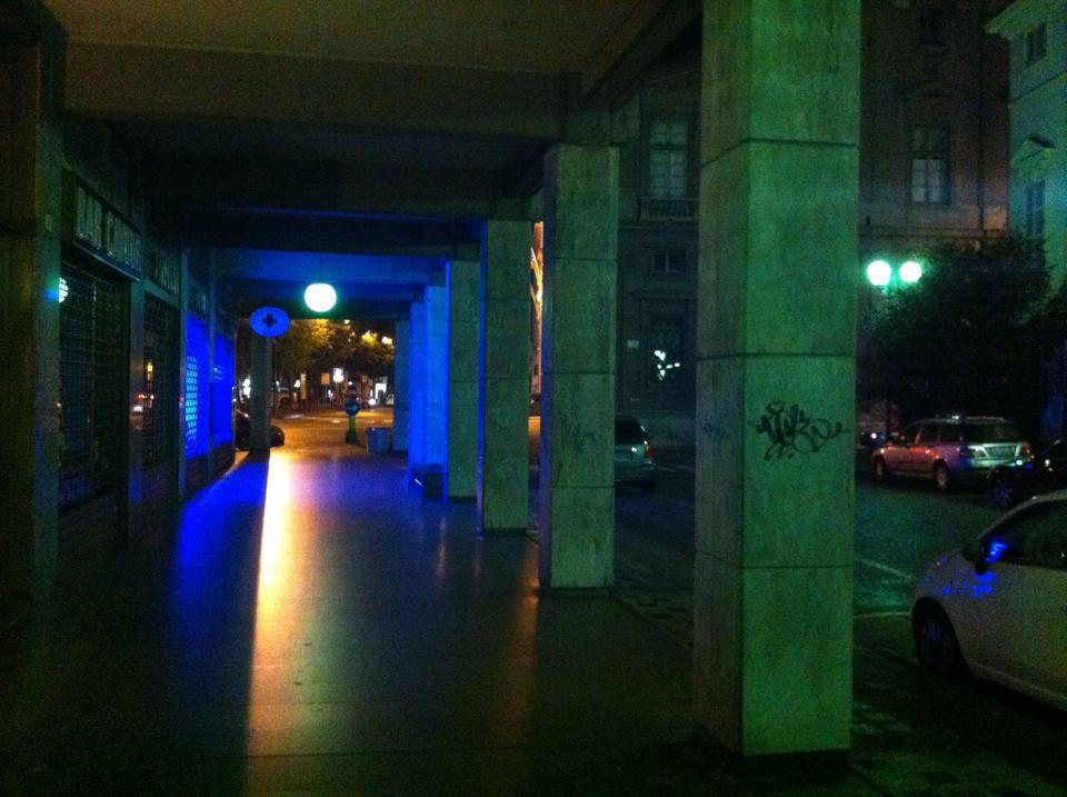 Portici di via Cavour, sullo sfondo piazza della Libertà