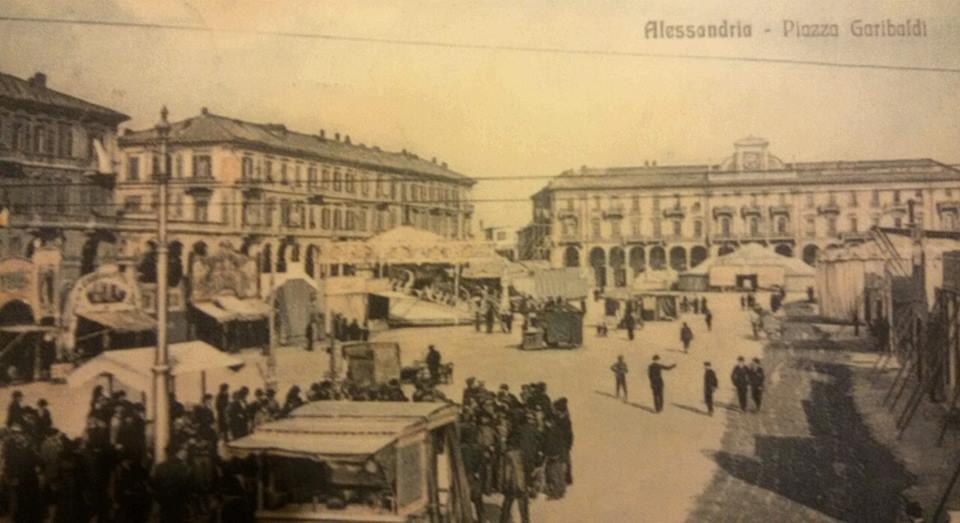 Alessandria. .Piazza Garibaldi e le giostre.