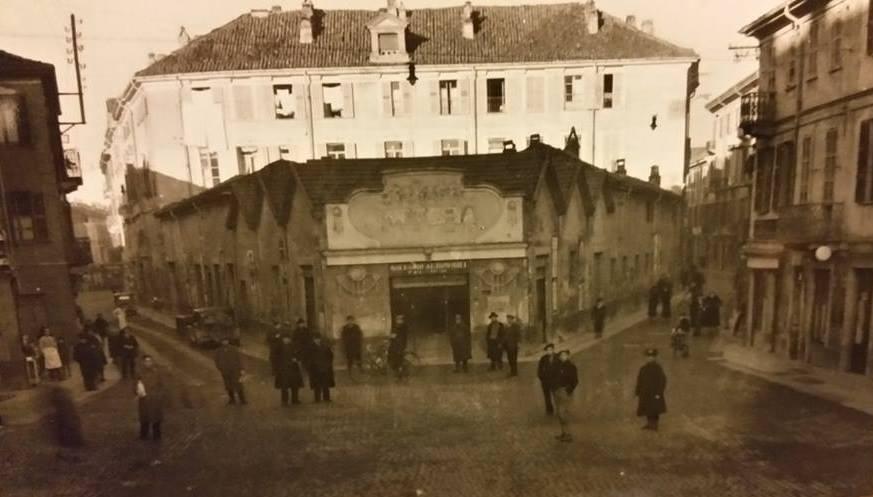 """Il fabbricato in primo piano, oggi non più esistente, era la sede di un'osteria """"Osteria Boido"""". In seguito per molti anni fu la sede della fabbrica di biciclette Maino."""