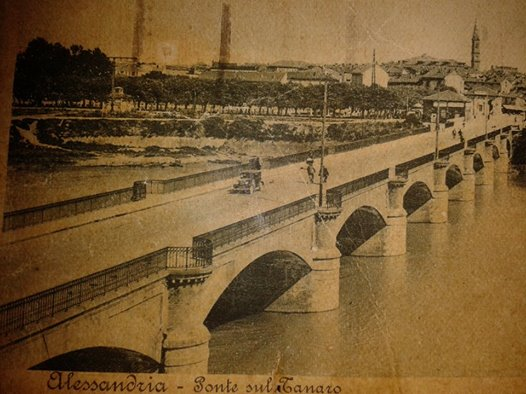 questa e' una cartolina con il nostro vecchio ponte e il parco tutt'ora esistente notare lo sfondo dov'e' via Dossena e a lato Corso Virginia Marini non c'erano invece quei brutti condomini.