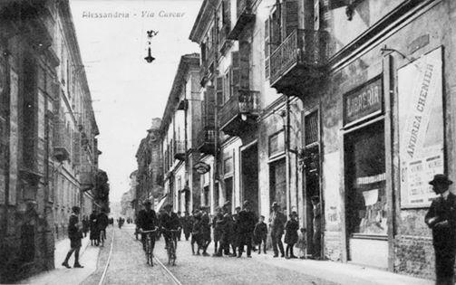 Via Cavour, sulla destra la libreria Sacerdote (anche editore scolastico); più avanti un'antica trattoria che al lunedì si riempiva di clienti per il mercato in Piazza. e altri negozi fino ad arrivare alla Media Cavour.
