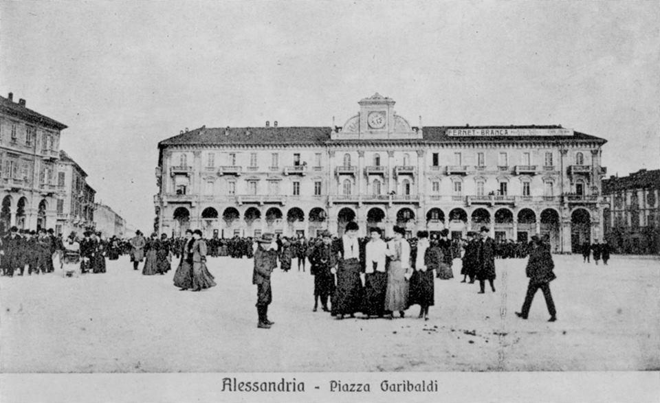 Piazza Garibaldi, belle ed eleganti signore in posa per la foto