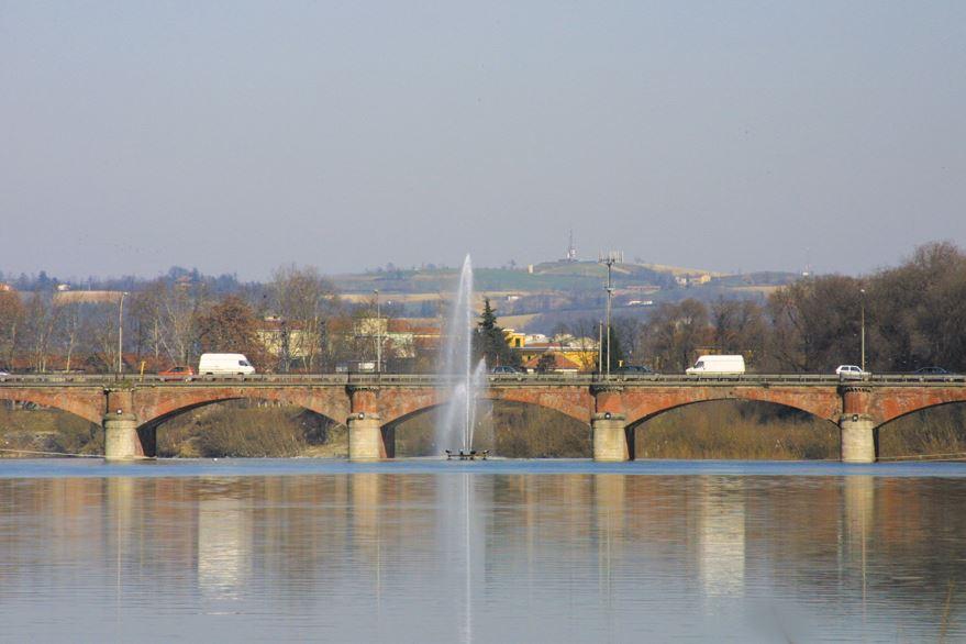 il ponte, la fontana, sullo sfondo il bricco dell'olio ... sopra Valle.