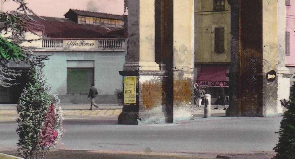 arco di piazza genova all'imbocco di via dante. dove c'è l'offcina ora c'è la farmacia e per anni ci fu il cinema corso. (foto Carlo Sterpone)