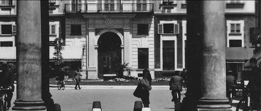 Piazza Marconi Veduta del palazzo Figarolo di Groppello dai portici.