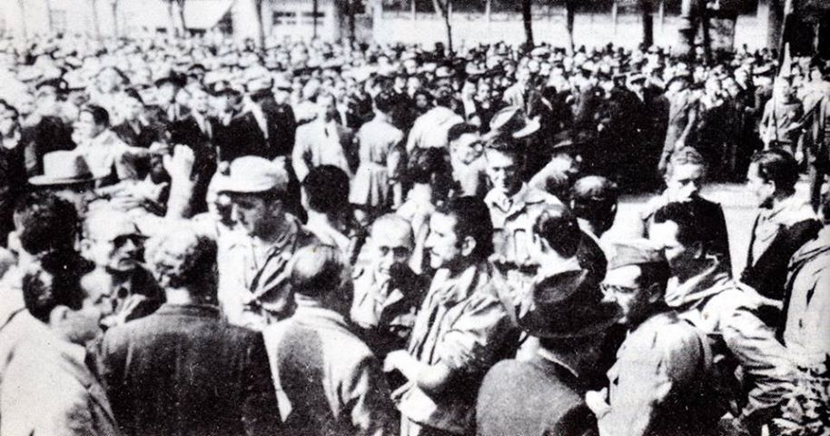 Nella foto: Partigiani e civili in Piazza della Libertà subito dopo la resa dei nazifascisti.