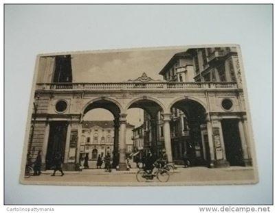 Alessandria portici piazza Garibaldi con ciclisti in primo piano