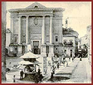 Nel 1728 i Servi di Maria o Serviti aprirono una cappella nell'isolato dell'attuale S. Stefano, ottenendo nel 1741 la costruzione di una chiesa più ampia. Nel 1773 la nuova chiesa di S. Stefano fu consacrata dal Vescovo GIUSEPPE TOMMASO DE ROSSI. Soppressi gli ordini religiosi, nel 1802 i Serviti se ne andarono e la loro chiesa fu requisita dal governo francese che ne fece un magazzino, poi nel 1805 divenne sede della parrocchia di S. Martino (donde l'attuale duplice intestazione); l'annesso piccolo convento divenne abitazione del parroco.
