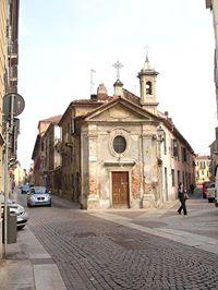 """La chiesetta è ricordata per la prima volta nel 1618 come """"Eccelsi Mandrinorum prope Episcopatum""""; in una planimetria di Alessandria del 1620 reca il titolo di """"Divo Rocho Vulgo Ecclesia Mandrinorum"""". L'intitolazione a San Rocco, e l'ubicazione della chiesetta, posta nel punto di incontro di più strade (Via Guasco, Via Plana, Via Canefri, Via Boidi), rafforza l'impressione di un rapporto tra la fondazione della chiesetta stessa e un'esplosione di peste, giacchè era consuetudine erigere cappelle contro il morbo ai crocicchi delle strade.  All'inizio del sec. XVII il patronato della chiesetta appartiene alla famiglia MANDRINI, successivamente verso la seconda metà del Settecento la piccola chiesa passa al Conte FRANCESCO AGOSTI, avvocato dei poveri; fatta ricostruire dal nuovo patrono del 1788 e dedicata alla B. V. Assunta, venne consacrata l'11/09/1790. Nel 1845 viene ceduta a FRANCESCA AGOSTI che provvede a restauri. In seguito viene ceduta ai coniugi GUGLIELMO POZZI e CATERINA CAMPANELLA e nel 1888 viene ristrutturata ed abbellita, in seguito passa ai coniugi RAVAZZI - CAMPANELLA ed attualmente ne reggono il patrocinio le famiglie ABRILE, FERRARI, FORTUNATO - VICARELLI, MANTELLI."""