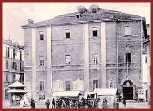 """L'edificio venne costruito tra il 1724 e il 1743 dalla Compagnia di Gesù, occupava l'intero tratto di Via Verona tra Via Volturno e Piazza S. Stefano. Tutto l'edificio ad un solo piano fuori terra occupava un'area di 6000 mq. Soppressa la Compagnia di Gesù nel 1773, il collegio fu trasformato in caserma e nel corso degli anni vennero effettuate modifiche all'edificio.  Caserma """"Vittorio Emanuele"""" e sede del Distretto Militare sino alla fine della Seconda Guerra Mondiale, nell'immediato dopo guerra il complesso fu concesso dallo Stato al Comune che lo utilizzò per ospitare i senza tetto a seguito degli eventi bellici. L'edificio è stato da poco recuperato e adibito a civili abitazioni."""