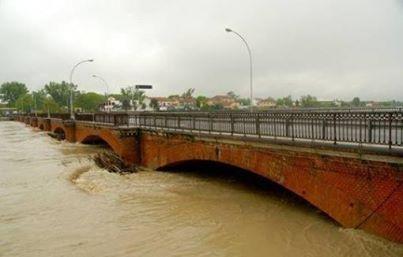 Il Tanaro in piena e il vecchio ponte della Cittadella