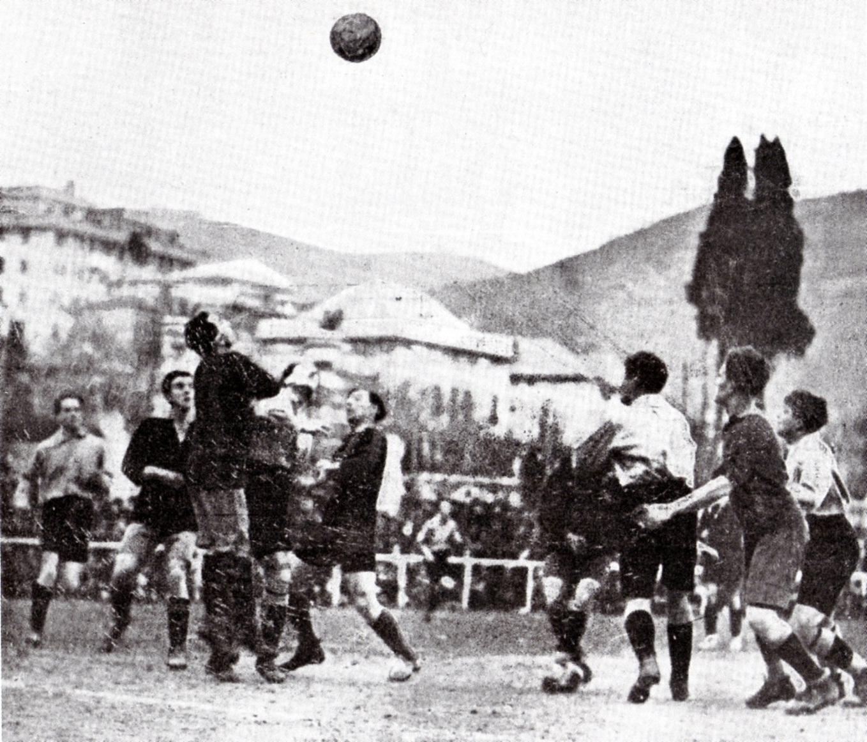 1920-Un-intervento-del-portiere-genoano-Terzi-pressato-dagli-attaccanti-grigi.