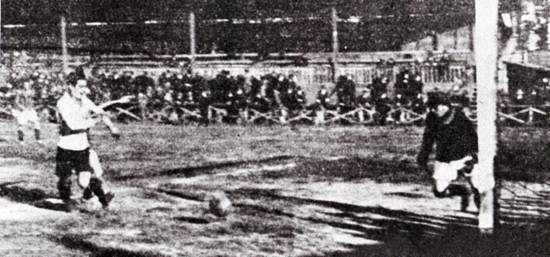 1921 - Alessandria-Internazionale 5-0. Giuseppe Gandini impegna il portiere dell'Internazionale