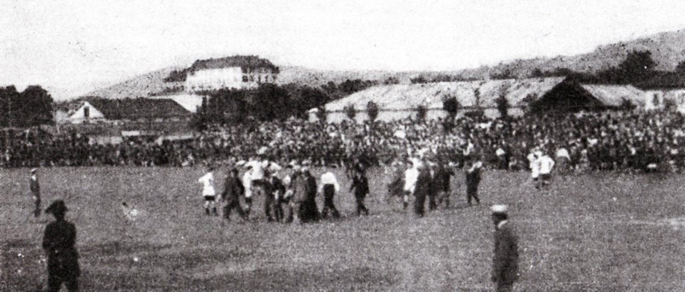 1921 - Pro Vercelli - Alessandria Grave infortunio al grigio Moretti portato fuori da compagni e dirigenti