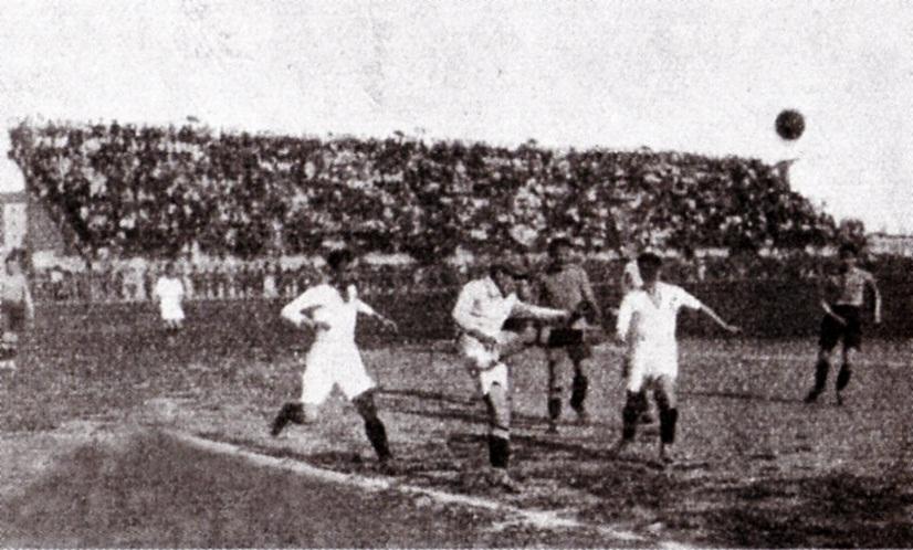 1923 - Alessandria-Padova 1-2. Un rinvio del portiere grigio Cagnina pressato dagli avanti del Padova