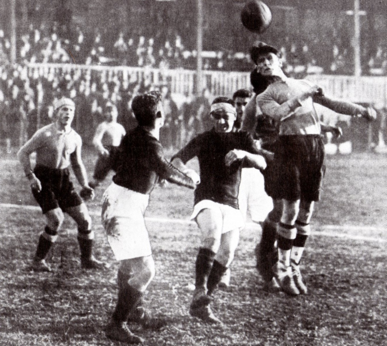 1924 - Alessandria-Milan 3-1. Un attacco di Gariglio impegna il poertiere rossonero De Carli, sotto gli occhi di Baloncieri