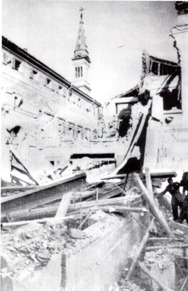 """I paradossi della guerra: l'ultimo bombardamento,il 5 aprile 1945, con ordigni che in contrapposizione all'oggi potremmo definire """"deficienti"""" - semmai una tecnologia distruttrice possa essere appellata """"intelligente"""", ha colpito l'asilo di via Gagliaudo, dove perirono 40 tra suore e bambini. Qualche giorno dopo, gli stessi artefici della strage entreranno da liberatori in una città peraltro già autonomamente liberata."""