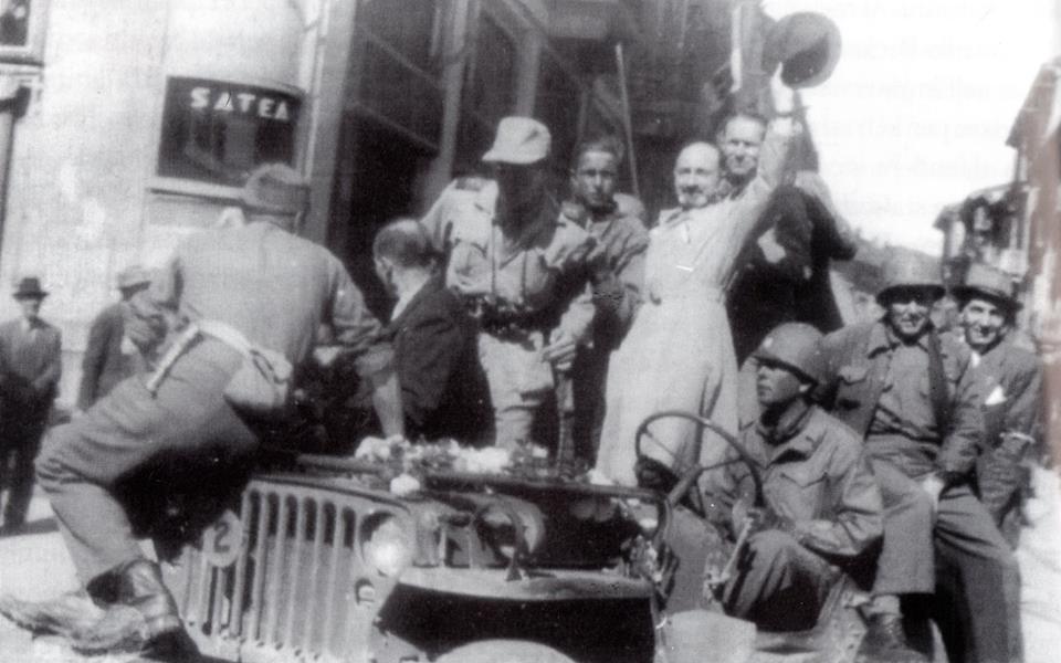 1945 - L'On.Pivano, nuovo prefetto della città, sfila con i soldati, nel giorno della Liberazione, qui è allo sbocco di via dei Martiri con Piazza della Libertà.