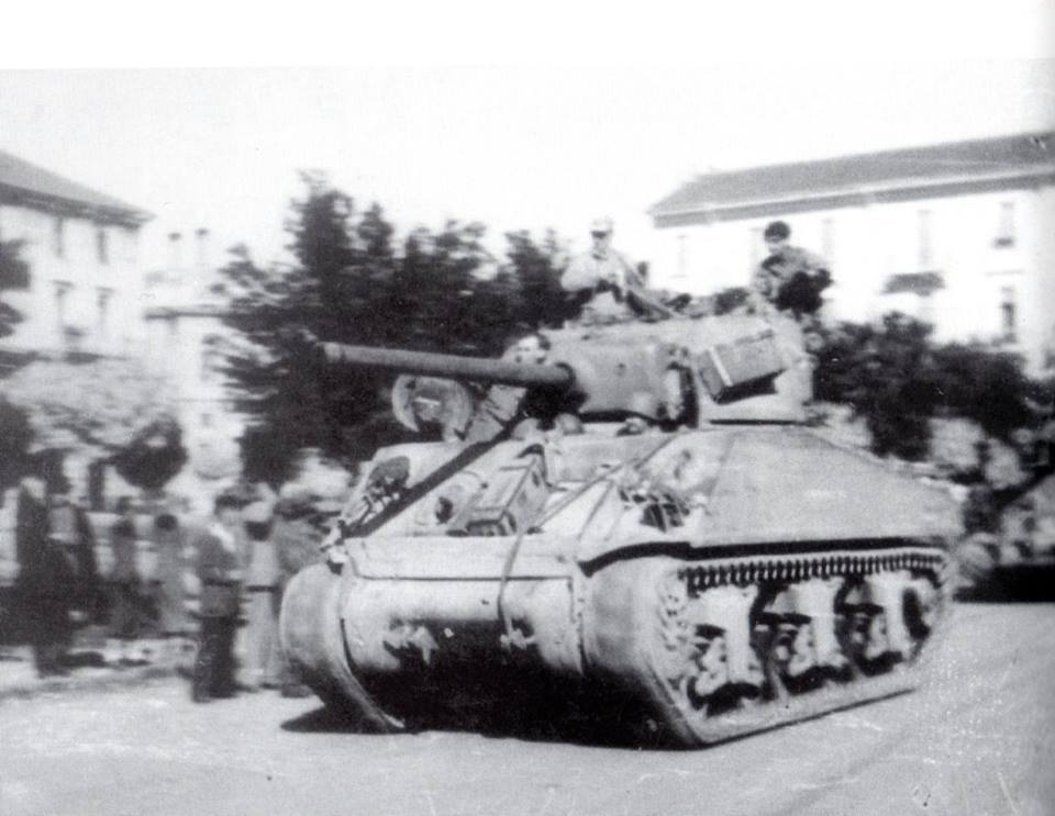 1945 -In questa foto si vedono i carri armati in Piazza Matteotti