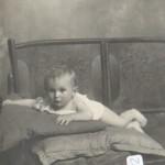 Foto cartolina di bambino su panchina con cuscini – foto Ghirardini – Alessandria