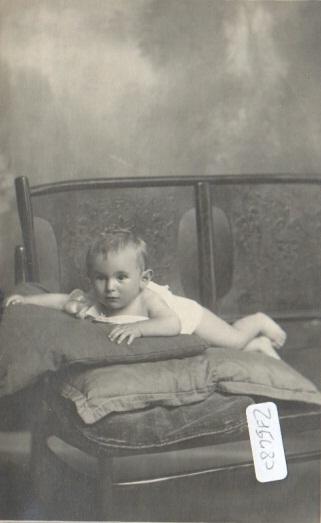 Foto cartolina di bambino su panchina con cuscini - foto Ghirardini - Alessandria