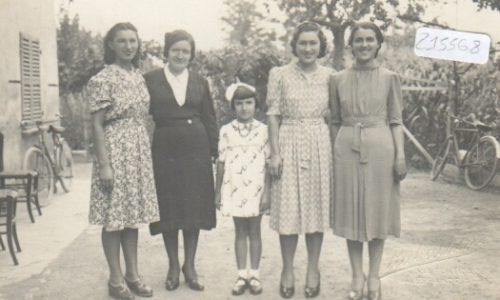 Foto gruppo di donne, bambini e biciclette – foto Rabachin – AL 1939