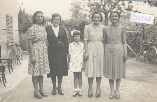 Foto gruppo di donne, bambini e biciclette - foto Rabachin - AL 1939
