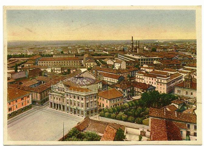 Panorama della città con il vecchio Teatro in primo piano.