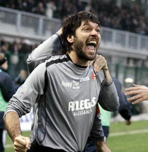 Fabio Artico è nato il 9 dicembre 1973 a Venaria Reale. Lunghissima e costellata di grandi soddisfazioni, con due promozioni in A con Reggina e Piacenza, la sua carriera di calciatore si chiude in Alessandria con 62 gol in 162 gare e due campionati vinti dalla D alla C2 e dalla C2 alla C1.