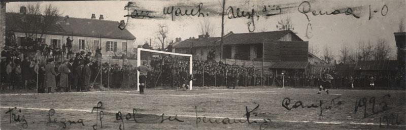 Alessandria-Genoa 1925-26 - Il pubblico del vecchio campo degli orti assiste al rigore battuto dai grigi