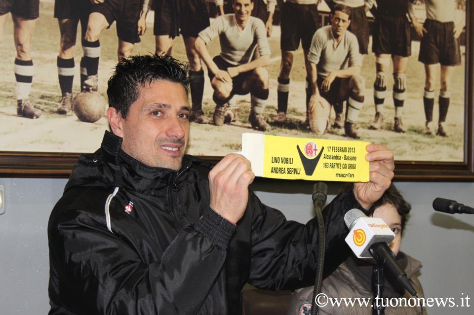 Andrea Servili mentre mostra la fascia da capitano commemorativa del record di presenze in maglia grigia - 17-02-013