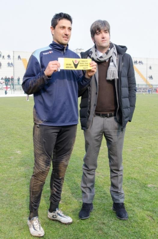 Andrea Servili mentre mostra la fascia da capitano commemorativa del record di presenze in maglia grigia con il presidente Luca Di Masi - 17-02-013..jpg