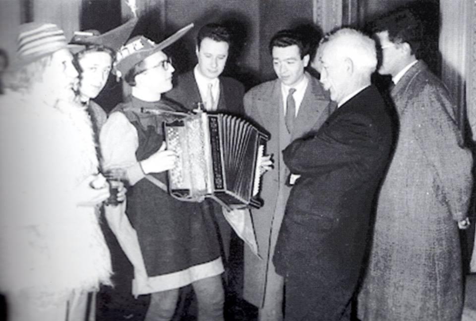 BATTAGLIA DEL BOROTALCO - Gagliaudo, accompagnato dalla fisarmonica di Gianni Coscia, sotto l'attento sguardo di Ennio Dolfus ed Enrico Foà, rende omaggio al sindaco Basile.