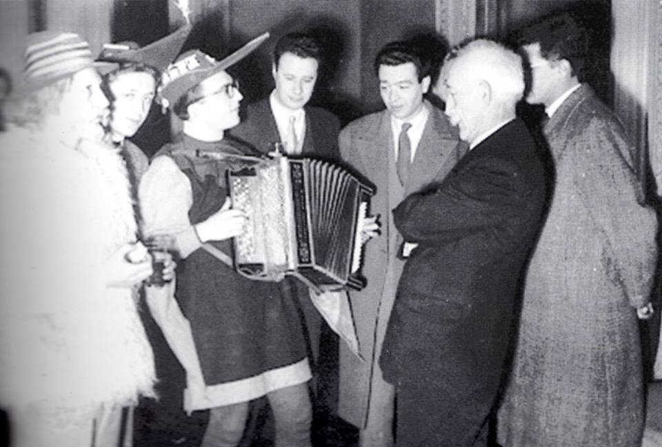 BATTAGLIA-DEL-BOROTALCO-Gagliaudo-accompagnato-dalla-fisarmonica-di-Gianni-Coscia-sotto-lattento-sguardo-di-Ennio-Dolfus-ed-Enrico-Foà-rende-omaggio-al-sindaco-Basile.