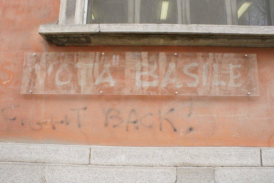 """La scritta """"Vota Basile"""" su di un muro in via XX Settembre, tutt'ora presente."""