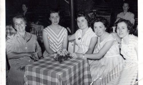 Mia madre (seconda da destra) in compagnia delle sue amiche al ballo