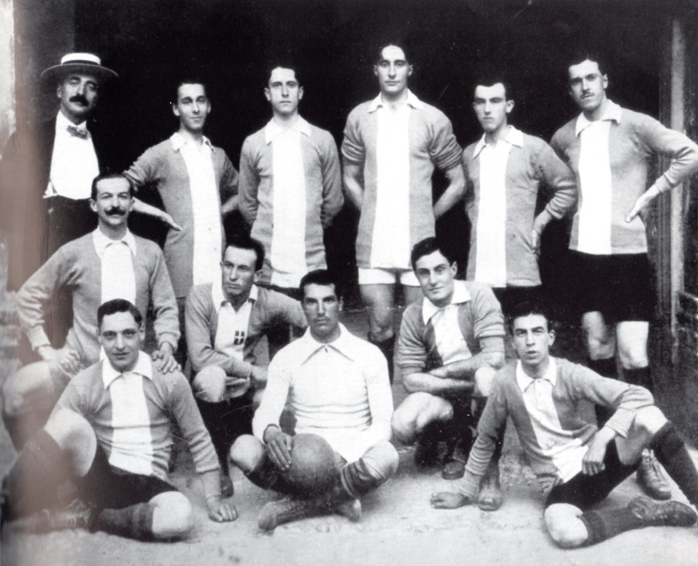 """1912 - Nasce, o meglio rinasce, il calcio in Alessandria, poichè non tutti sanno che una squadra, l'Unione Pro Sport, vinse a Genova, nel 1897, l'ultimo torneo prima che questo diventasse ufficialmente l'attuale campionato della massima serie. La squadra qui in posa è la sezione calcistica della Società ginnica """"Forza e Coraggio"""". Questa la formazione: da sinistra in alto, in borghese, Enrico Badò (general manager), Tosini, Ricci II, Viazzi, Formini, Ricci I; accosciati, Alfredo Ratti, Savoiardo, Migliardi; seduti, Rossanigo, Ghezzi, Prato.  Da allora, la lunga linea grigia tracciata con tanta forza e tanto coraggio non si è mai interrotta ma ai giorni nostri sembra essere un pò tutto affievolito."""
