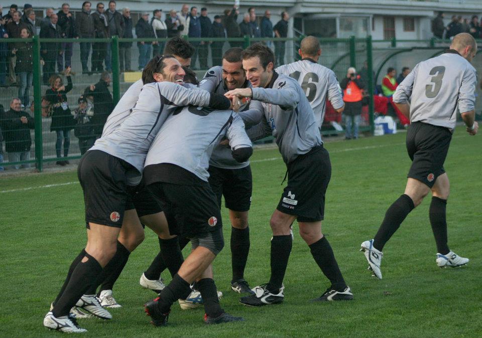 i grigi festeggiano un gol in alessandria-poggibonsi 13-11-011