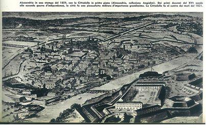 """Alessandria 1859. Nella stampa, a destra, si può notare un edificio di forma circolare. E' poi stata la sede del Mercato dei Bozzoli. Sullo sfondo si vede la ferrovia che, prima di attraversare il Tanaro, passava sul Canale Carlo Alberto (1831). Il Canale girava intorno alla città per sfociare in Tanaro a valle, in sponda destra oltre il """"fu"""" Ponte Tanaro, a ridosso dei bastioni (zona Largo Catania). In alto a sinistra si può notare l'Arco della Piazza D'Armi (Piazza Genova/Matteotti)"""