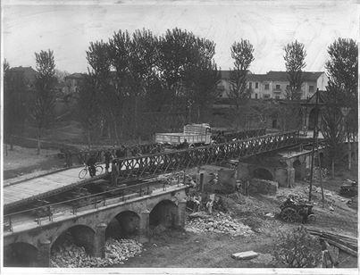 Lavori di ricostruzione del ponte di accesso alla Porta Reale nel fossato della Cittadella. Le arcate distrutte furono sostituite temporaneamente con un ponte in ferro tipo Bailey - 1945/1946