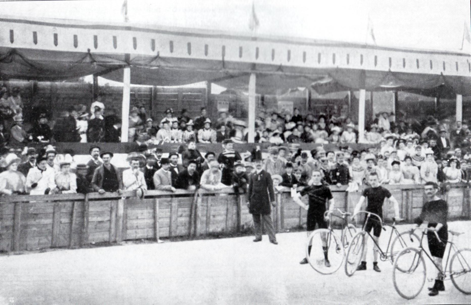 Campionato Sociale di Alessandria nel 1893. Il Conte Biglione di Viarigi, presidente UVI, starter d'eccezione. I corridori: da sinistra, Giovanni Cornaglia, Giovanni Pregno e Pietro Bono (questo fu anche l'ordine d'arrivo).