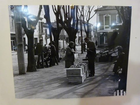 Corso Acqui - Vendita della frutta e verdura in Piazza Ceriana (Rione Cristo).