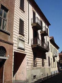 Queste abitazioni sono state la residenza di due noti personaggi alessandrini: la prima è quella dove visse Urbano Rattazzi, nella seconda invece visse Andrea Vochieri, che hanno dato il nome rispettivamente alle due vie.