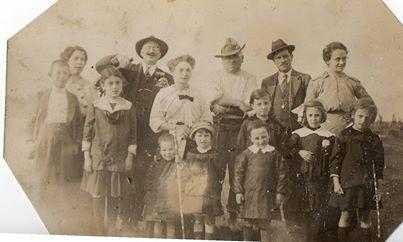 Fausta Ivaldi - Sei di Alessandria se.....ricordi le prime scampagnate primaverili. Mio nonno ha il panciotto e si vede l'orologio a cipolla, davanti c'è mia Mamma e le sue sorelle. Siamo nel 1914: esattamente 100 anni fa.