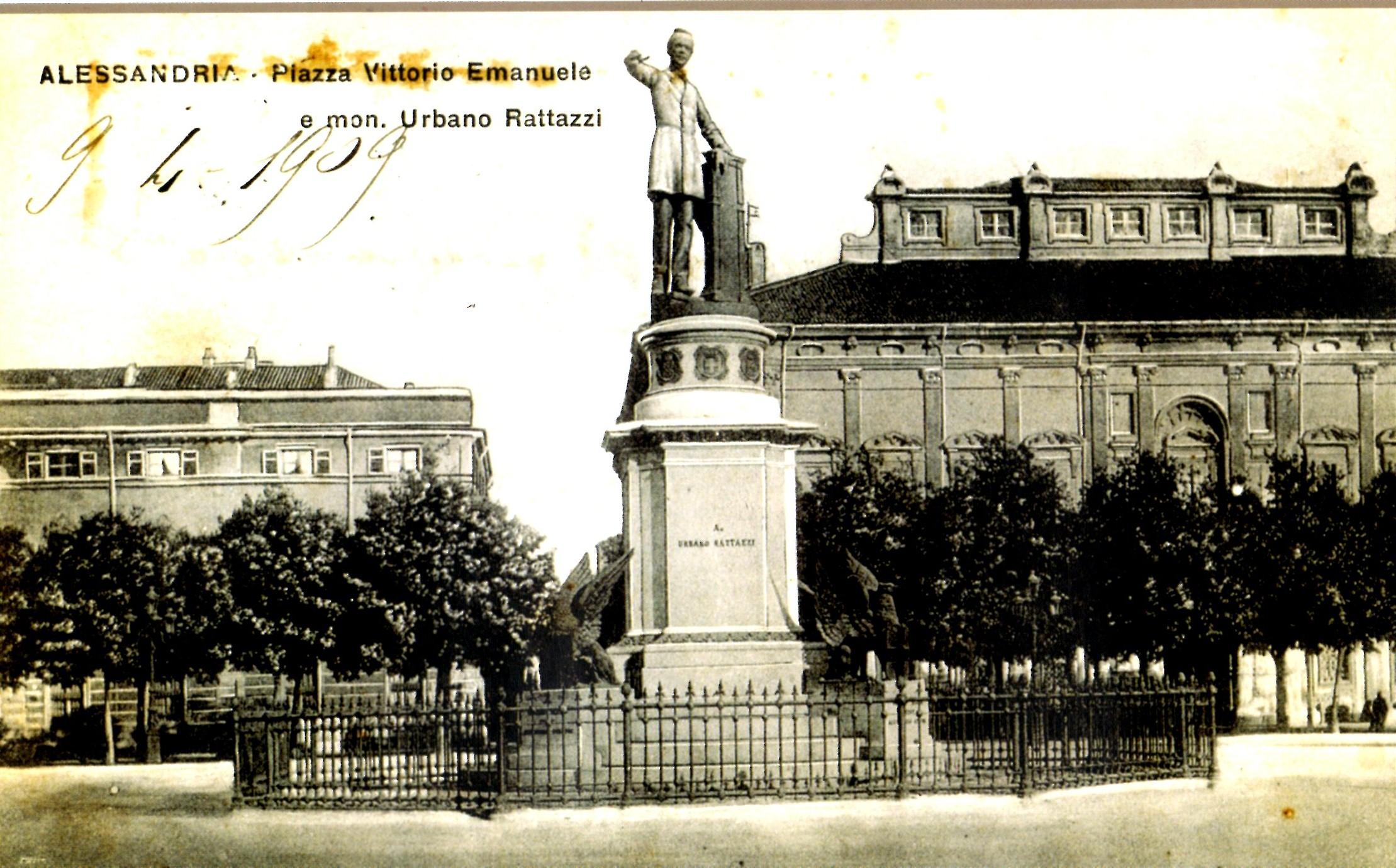Il monumento in bronzo dedicato a Urbano Rattazzi di Giulio Monteverde nell'attuale Piazza della Libertà, inaugurato nel 1883 e fatto fondere nel 1943 in una cartolina d'epoca (collezione Domenico Picchio).