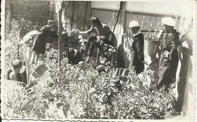 Scuola C Zanzi (Cristo) probabilmente tra l'anno 1936 e il 1940) lezione di coltivazione orto
