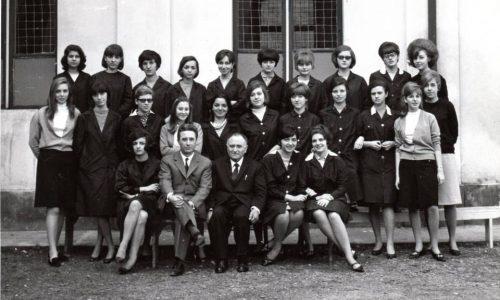 """Isituto Magistrale """"Diodata Roero di Saluzzo"""" a.s.1965/66 – classe terza Insegnante di Lettere. prof. Stellio Lozza (accanto al Preside, credo)"""